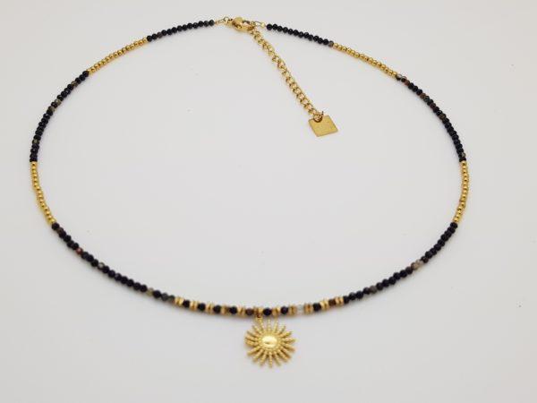 un ras de cou en acier soleil et perles disponible chez pattesdechat.fr